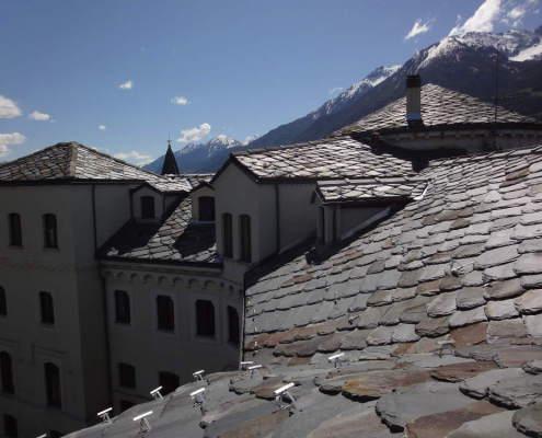 tetto e montagne innevate